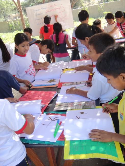 Niños socializando lo aprendido, durante los talleres
